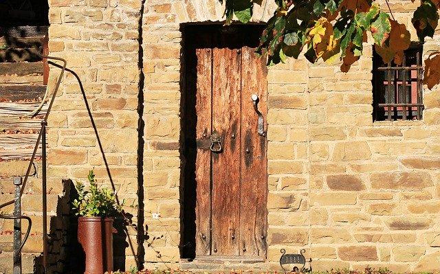 Come restaurare una porta di legno: guida semplice